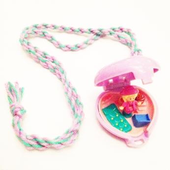 Deze mini polly pocket via marktplaats kreeg een nieuw koord en was een kerstcadeautje voor dochterlief.