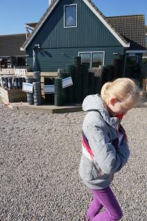 Onder haar jas hield dochter het doosje met kipjes warm in de koude scherpe wind